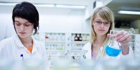 Zwei Frauen im Labor