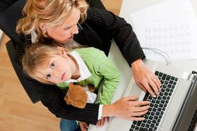 Mutter und Kind am PC-Arbeitsplatz
