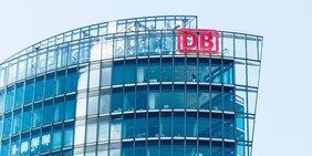 Glasfassade Hochhaus mit Logo Deutsche Bahn