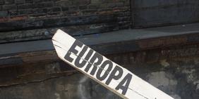 Europa auf Holzpfahl gepinselt