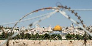 Blick auf Jerusalem mit Felsendom durch Stacheldraht