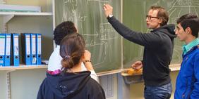 Berufsschultour der DGB-Jugend besucht Flüchtlingsklasse in Münster