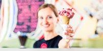 Eisverkäuferin mit Eistüte in der Hand