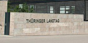 "Schriftzug ""Thüringer Landtag"" auf Betonwand"