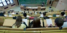 Studenten im Hörsaal in der Hochschule