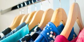 Kleidung auf Kleiderstange