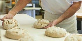 Bäcker knetet Teiglinge