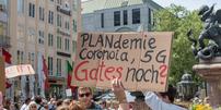 Teilnehmer einer Corona-Demo auf dem Münchner Marienplatz