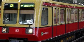 Berliner S-Bahnzug im Bahnhof