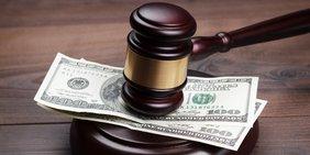 Richterhammer mit Dollarscheinen, Symbolbild ISDS / Investitionsschutz TTIP